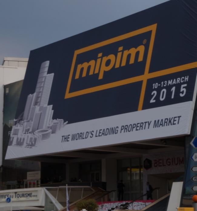 Le Palais des festivals habillé aux couleurs du Mipim. Crédit photo : W. L.-F