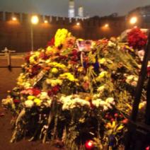 Des amas de fleurs sont déposés devant le lieu de l'assassinat (crédit : @moskless)