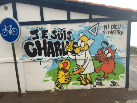 Maurice et Patapon, personnages créés par Charb accompagnent Dieu dans ce graffiti de Teck, au pays basque Crédits : Teck