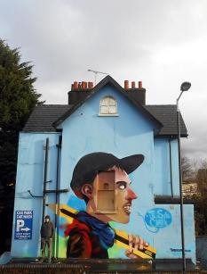"""L'artiste anglais Tom Blackford repeint une maison entière à Bristol avec son oeuvre intitulée """"The one portrait"""". Crédits : Tom Blackford"""