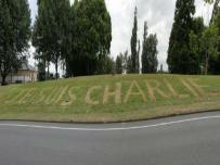 """""""Je suis Charlie"""" tondu sur une pelouse, le """"street art écolo"""". Crédits : tvi24.iol.pt"""