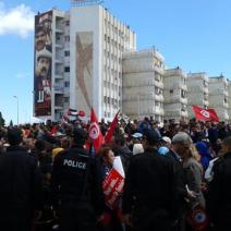 Les visages de Chokri Belaid et Mohamed Brahmi, assassinés en 2013, surplombent la foule (crédit photo: @elodieauffray sur