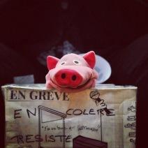 Malgré le contexte difficile, les grévistes tournent cette situation en dérision (Crédit photo : Nathanaël Charbonnier)