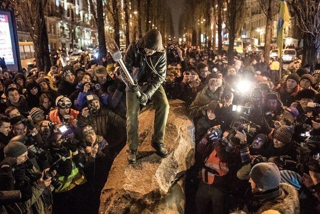 En cette soirée du mois de décembre 2013, la colère des manifestants se répercute sur les symboles de la domination soviétique passée. En témoigne cette statue de Lénine construite 67 ans plus tôt. Crédit photo: Reuters