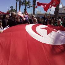 Un immense drapeau tunisien est déployé dans les rues de la capitale (créditphoto: @swengrr sur Twitter)