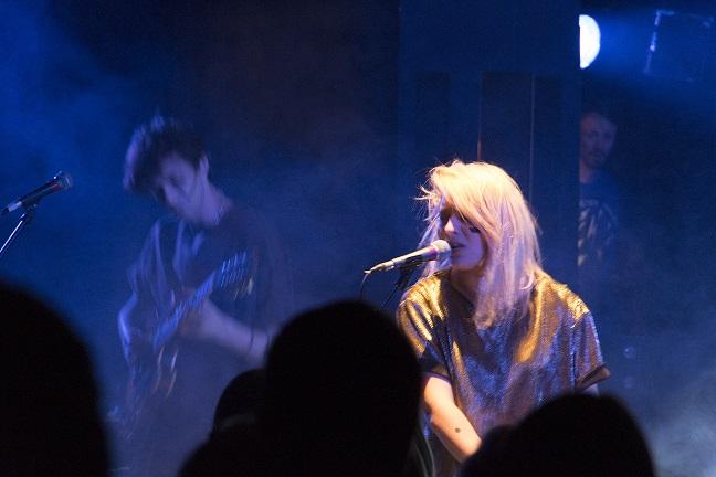 La chanteuse du groupe, Santa. Crédit photo : Mikael Joly