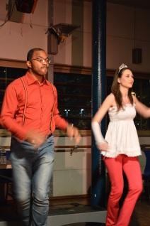 Les deux animateurs dansent pour introduire le show. (Crédit photo : Matthias Somm).