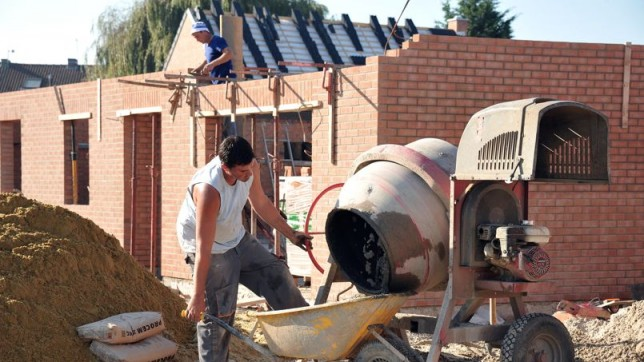 Les ouvriers du bâtiment exécutent des travaux dits pénibles, que le compte pénibilité doit compenser par un système de points pouvant donner accès à une retraite anticipée. Crédit photo : AFP ImageForum – Lemoniteur.fr