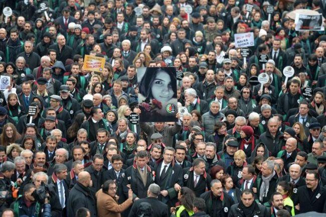 En février dernier, une partie de la population turque descend protester dans les rues, pour dire son indignation après le viol et le meurtre d'une jeune étudiante. Crédit photo : Adem Altan / AFP