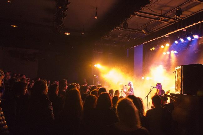 Le groupe Hyphen Hyphen sur scène à la MJC Picaud. Crédit photo : Mikaël Joly