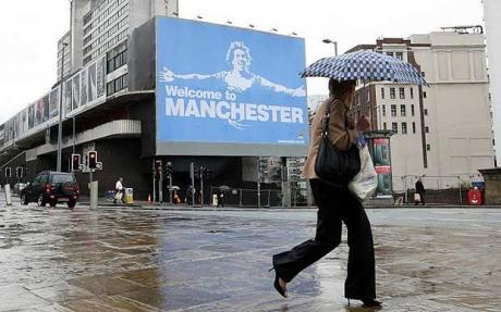 Les supports de City, pas avares en moquerie dans cette affiche publiée suite à la venue de Carlos Tevez dans le deuxième club de Manchester de sa carrière. Crédit Photo: The telegraph