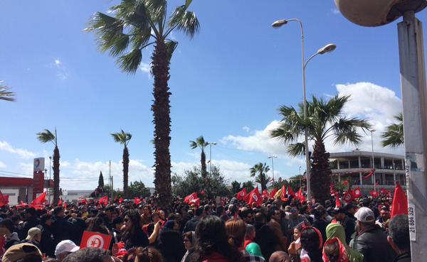 Le peuple tunisien a rendu un vibrant hommage aux victimes dans les rues de la capitale (crédit photo: @fissafissa sur