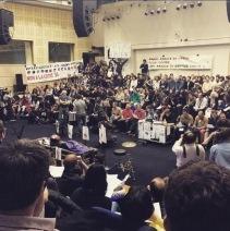 Au 27ème jour de grève, la salle de l'assemblée générale est toujours comble. (Crédit photo : @evenbetter sur Instagram)