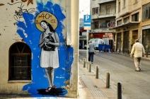 Ici, «40+ years debtocracy» est une allusion au plan international d'aide à la Grèce, qui cultive la dette depuis de longues années. La figure de la Madone symbolise avec ironie la prétendue innocence de l'Union Européenne dans les maux de la Grèce (crédit photo: G. Nikolakopoulos, dessin: Bleeps)