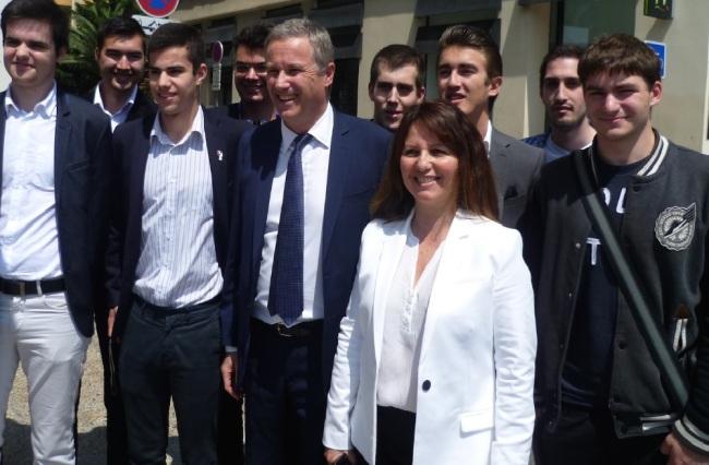 Nicolas Dupont Aignan pose avec ses jeunes militants. (Crédit photo : Loris Bavaro)