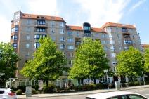 Ce batiment au demeurant anodin fut la résidence d'Adolf Hitler entre 1938 et 1945. C'est dans les sous-sols qui se donnera la mort, dans son Fuhrerbunker (S.F)