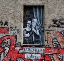 Un hommage à Antonis Samarakis, auteur grec de «On demande de l'espoir». Un espoir menacé par l'Union Européenne, représenté par l'homme en arrière plan (crédit photo: G. Nikolakopoulos, dessin: Bleeps)