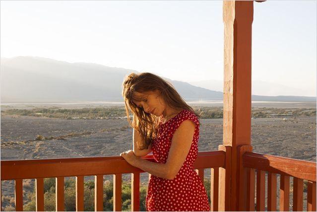 Isabelle Huppert dans une scène de Valley of Love, film dans lequel elle donne la réplique à Gérard Depardieu. (Crédit photo: Le Pacte)