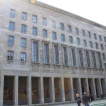 Le ministère fédéral des Finances. Poste attibué en 1999, il fut sous le III Reich les locaux de l'aviation du Reich avec à sa tête Hermann Goring. Il a été par la suite jouxté avec le mur de Berlin lors de sa constructio en 1961(S.F)