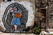 Cette fois-ci une référence à l'Eurovision. Bleeps dénonce ce genre «d'émission poubelle» alors que le peuple grec n'a pas la liberté de parole face à l'Union Européenne (crédit photo: G. Nikolakopoulos, dessin: Bleeps)