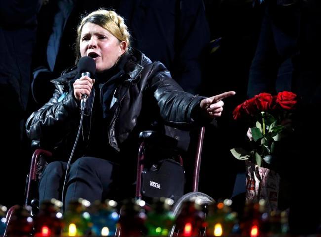 Le symbole de la révolution de l'Ouest, en fauteil roulant sur la place Maïdan, le soir de sa libération. Crédit: capital.fr