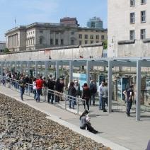 Les restes du Mur de Berlin sont aujourd'hui un lieu touristique très prisé. Ce pan de mur se situe au sein de la topographie de la terreur, ensemble de construction qui accueillait les sièges des plus hautes instances nazies, la Gestapo et les SS entre autres (S.F)