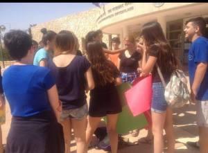 Légende : Les jeunes filles manifestent pour pouvoir porter des shorts au lycée. (Crédit photo : facebook.com)