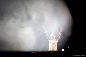 Vingt-cinq ans de carrière, mais toujours le même enthousiasme sur scène pour le DJ français. (Crédit photo: D.R.)