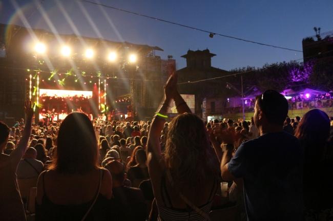 Chaude ambiance pour cette deuxième soirée des Nuits du Sud 2015. Un public jeune était au rendez-vous. (Crédit photo: Nicolas Faure)