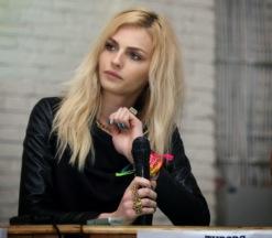 Andreja Pejic est un mannequin transgenre. En avril 2015, elle fait la couverture de Vogue US, avec un portrait, et devient la première mannequin transgenre à avoir cette opportunité. Elle avait d'ailleurs était connue du grand public en faisant la couverture du même magazine en 2011 en tant que mannequin homme androgyne. Refusant de se définir homme ou femme, elle défile la même année en tant que mariée pour un défilé de Jean-Paul Gaultier. En 2014, elle officialise lors d'une interview son genre féminin. La mannequin est désormais l'égérie de Make Up For Ever. (Crédit photo : news.euoa.net)