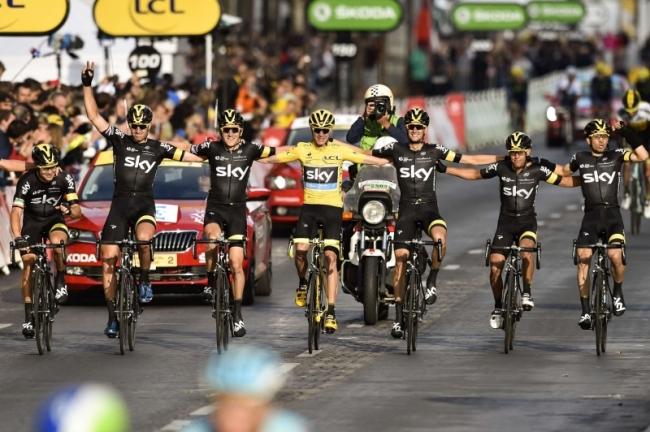 Froome entouré de ses équipiers, indispensables à sa victoire. (Crédit photo: AFP/Fefferberg)