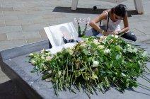 Des fleurs, pour un ultime hommage. Crédit : Wilhem Lelandais-Foyer