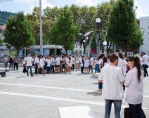 Pendant la cérémonie, seuls les bruits de la ville résonnaient aux abords de l'université. Crédit : Wilhem Lelandais-Foyer