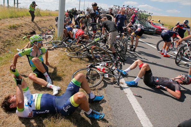 L'énorme chute de la troisième étape du dernier Tour de France a retenu tous les médecins présents sur la course, contraignant l'organisation à interrompre la course. (Crédit Photo: Christophe Ena / AP)