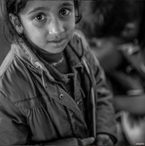 Une jeune réfugiée à la gare de l'Ouest, à Vienne, en Autriche. (Crédit photo: Instagram/@mopix84)