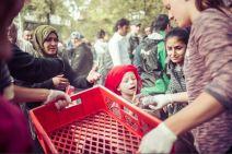 Les volontaires de l'initiative citoyenne de Berlin, «Moabit hilft», remettent de la nourriture aux réfugiés. Ces derniers patientent avant de demander l'asile au Bureau régional de la santé et des services sociaux. (Crédit photo : Instagram/@nadjawohlleben)