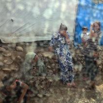 Au nord de l'Irak, une tempête a ravagé une douzaine de tentes des réfugiés du camp de Kawergosk. Ces gens avaient ajouté murs, jardins et chambres à leurs camps de fortunes. (Crédit photo : Instagram/@susannahgg)