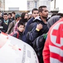 Des réfugiés s'agglutinent aux abris de la Croix Rouge, à Graz, en Autriche. Ils font la queue pour grimper dans un bus qui les amènera plus au nord du pays. (Crédit photo : Instagram/@krawallner)
