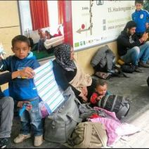 Des réfugiés stationnant à Vienne, en Autriche. (Crédit photo : Instagram/@amna_bobu)