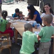 Des réfugiés à Belgrade, en Serbie. Les jeunes femmes sur la photo viennent de Serbie et de Croatie. Elles aident les migrants bénévolement, sans faire partie d'aucune mission humanitaire. (Crédit photo : Instagram/@oxanachelysheva)
