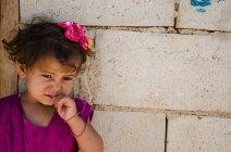 Une petite fille attend le retour de ses parents, partis visiter des voisins. (Crédit photo : Matthias Somm)