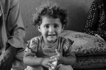 Deuxième enfant d'une famille de six, cette petite fille est originaire de Syrie, comme beaucoup d'habitants de Zaatari. (Crédit photo : Matthias Somm)