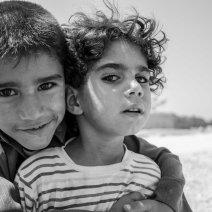 Deux frères posent près du camp de Zaatari. Malgré leur timidité, ils se prennent facilement au jeu. (Crédit photo : Matthias Somm)
