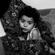 Cette petite fille d'un an et demi n'a jamais prononcé mot. Sa famille a dépensé toutes ses économies pour se rendre en Jordanie, et n'a plus d'argent pour payer un médecin. (Crédit photo : Matthias Somm)