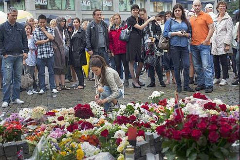 Rassemblement à Oslo à la mémoire des personnes tuées dans les attentats. (Créditphoto : Jan Johannessen/AFP)