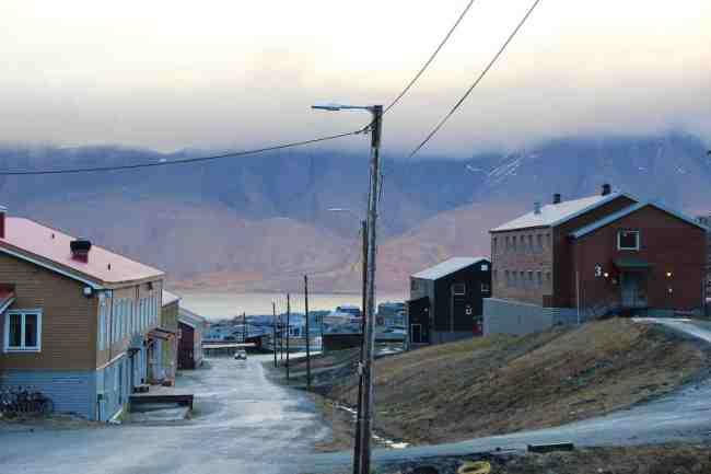 L'une des rares routes construites a Longyearbyen. Ici les routes n'ont ni nom, ni numéro. (Crédit photo : Eloïsa Patricio)