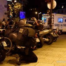 Les forces armées se regroupent autour du Bataclan peu avant le lancement de l'assaut. (Crédit photo : Dominique Faguet/AFP).