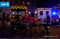 Les pompiers évacuent un blessé près du Bataclan. (Crédit photo : Dominique Faguet/AFP).