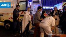 Après l'assaut, des blessés sont pris en charge par des équipes de secours près du Bataclan. (Crédit photo : AFP/Dominique Faget)