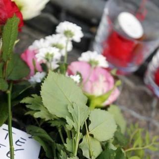Fleurs et bougies sont déposées devant l'ambassade française à Berlin (crédits photo : Hannibal Hanschke/Reuters)